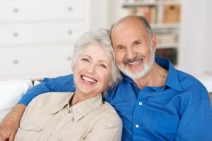 glückliches älteres paar zu hause